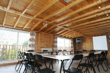 Une salle de conférence avec vue sur les montages rien que pour toi pour avoir un espace de travail dédié et sécurisé